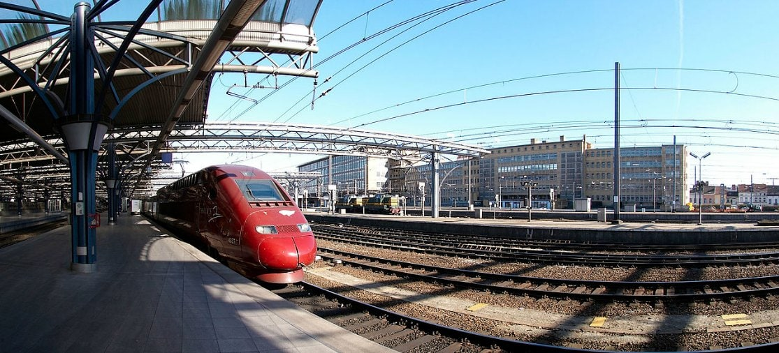Om vanuit Nederland op Brussel Zaventem Airport te komen reis je met de trein via één van de stations van Brussel