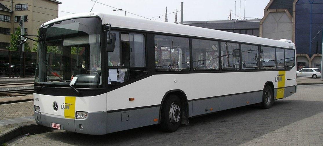 De Lijn biedt een busverbinding van het treinstation van Oostende naar de luchthaven