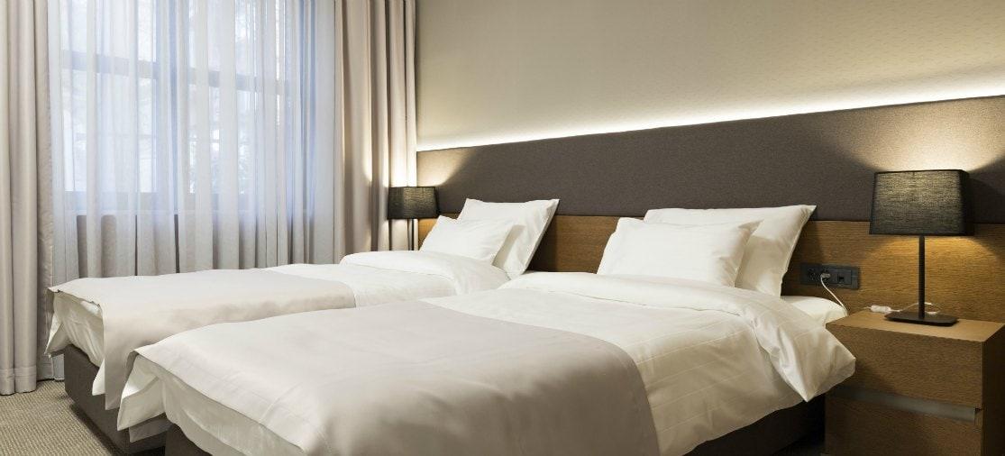 Op Groningen Airport vind je geen hotels, maar je kunt wel in het centrum van Groningen overnachten