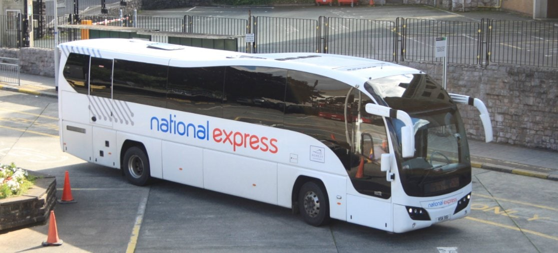 Met een bus van National Express van Gatwick naar Heathrow, Luton of Stansted