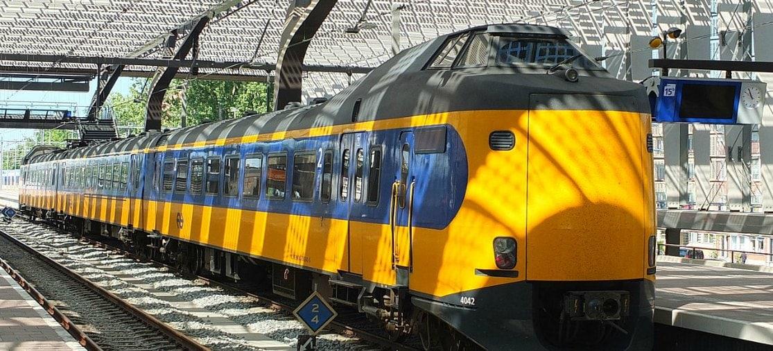 Rotterdam Airport heeft geen eigen treinstation, maar op Rotterdam Centraal kun je op de bus naar het vliegveld stappen