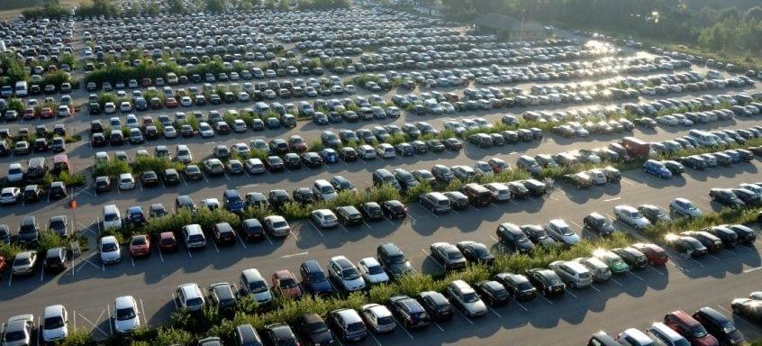 Parkeerterrein bij vliegveld
